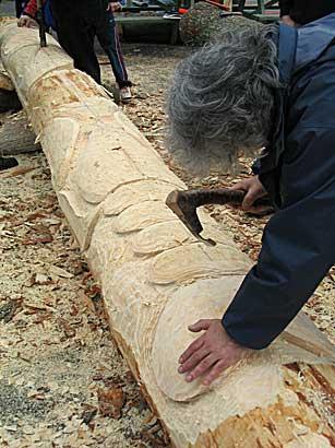أعمدة الطوطم .. من أشجار الى تماثيل Carver1.jpg